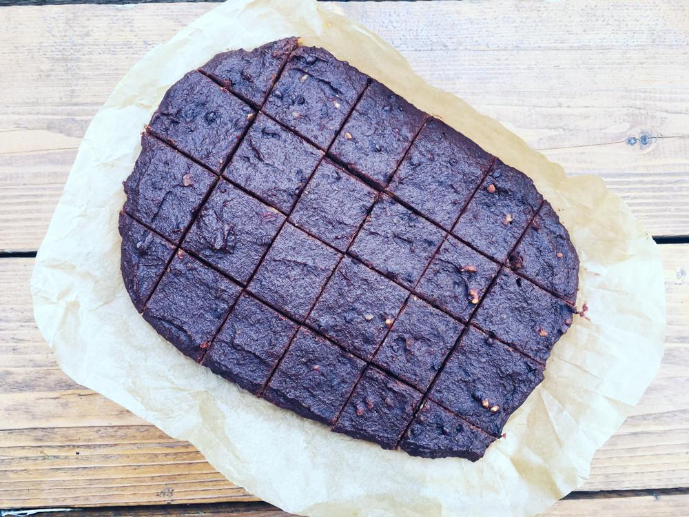 Čokoládové brownies s jablkom, čokoládovými čipsami a orechami (bez oleja)