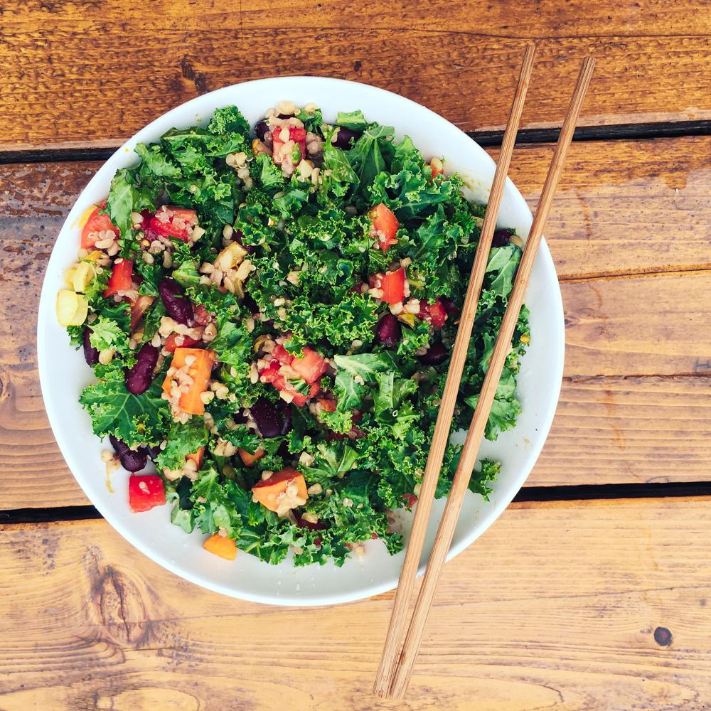 Zelený šalát so zeleninou, fazuľou a quinou
