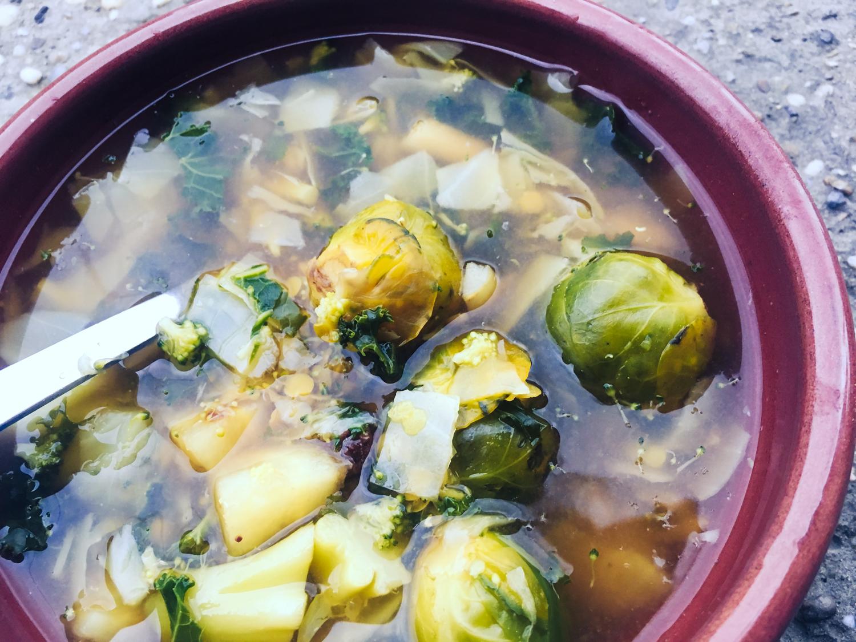 Kapustovo kelová miso polievka so šošovicou