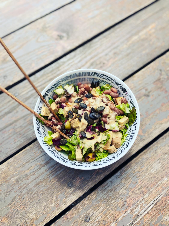 Listový šalát s varenou cviklou a fazuľou