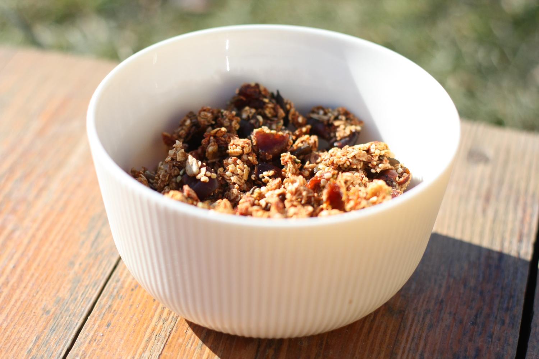 Domáce chrumkavé musli s ovsenými vločkami, datľami, tekvicou a quinou