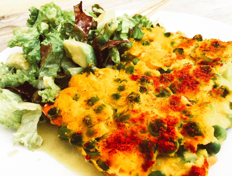 Vegánska frittata so zeleným hrachom, batatom a tavenírom