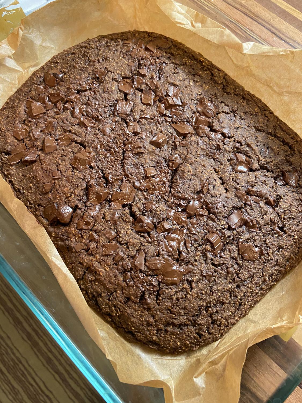Ovsený koláč s posekanou čokoládou