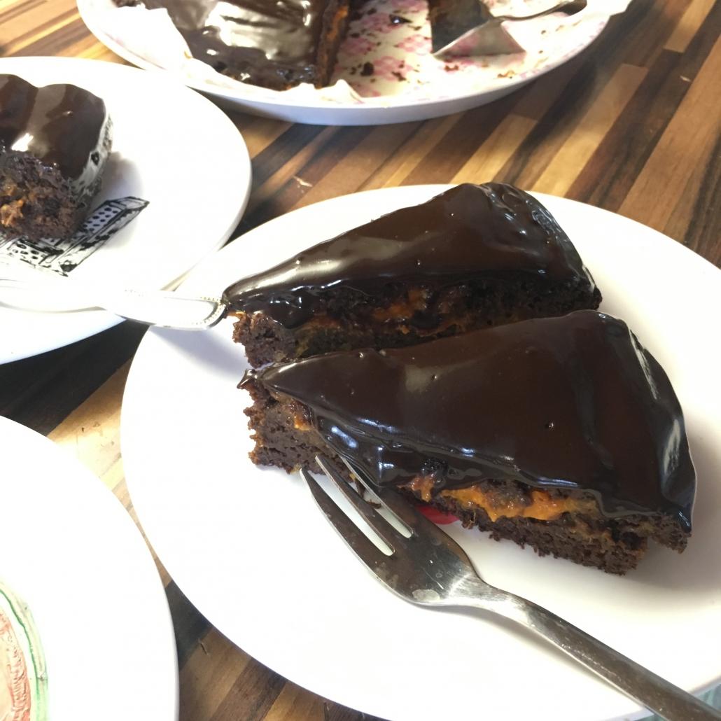 Trojposchodová sacherka s čokoládovou polevou a džemom