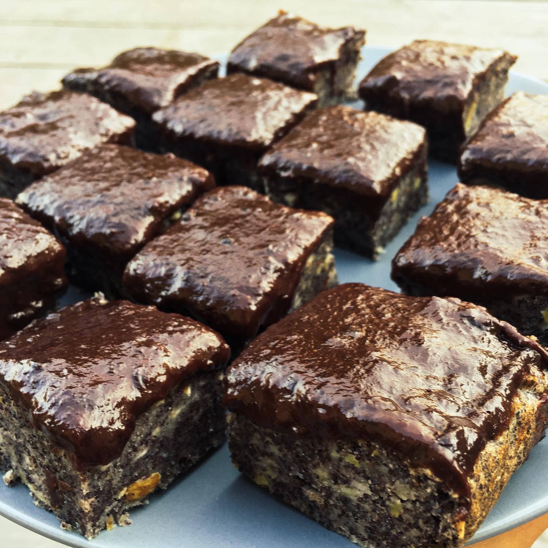Vegan makovo-jablkový koláč s čokoládovo-džemovou polevou