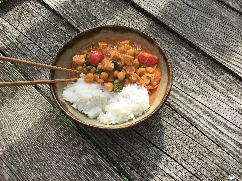 Cícerové curry s tikka masala pastou a jasmínovou ryžou