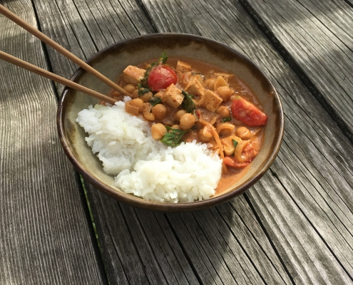 Cícerové curry s tikka masala pastou a jasmínovou ryžou (či bulgurom)