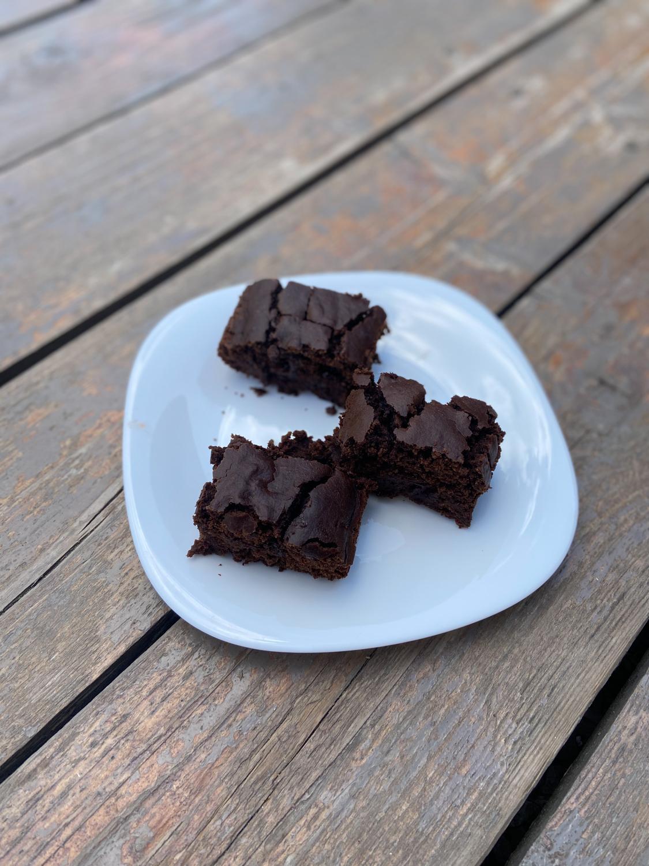 Najchutnejšia vegan čokoládová torta s jogurtom a kúskami čokolády