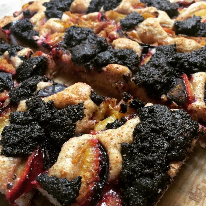 Vegánsky slivkovo-makový koláč